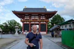 Uomo caucasico davanti al tempio di Shitennoji immagini stock libere da diritti