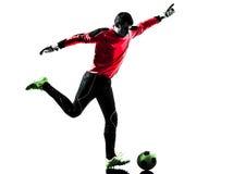 Uomo caucasico del portiere del calciatore che dà dei calci alla siluetta della palla Fotografie Stock Libere da Diritti