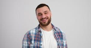 Uomo caucasico felice video d archivio
