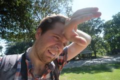 Uomo caucasico sotto il sole luminoso caldo Fotografie Stock