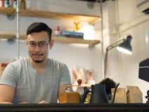 Uomo che è barista e possedere una piccola caffetteria fotografia stock libera da diritti