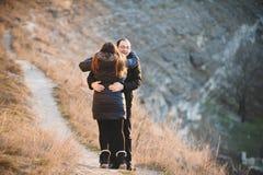 Uomo che abbraccia donna Fotografia Stock