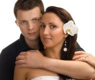 Uomo che abbraccia la sua bella moglie Immagine Stock