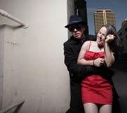 Uomo che afferra la donna Fotografie Stock Libere da Diritti