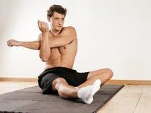 Uomo che allunga i muscoli della spalla Fotografia Stock
