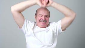 Uomo che allunga i suoi braccia e mani mentre riscaldamento video d archivio