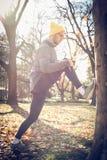 Uomo che allunga le gambe prima dell'esercizio Fotografia Stock Libera da Diritti