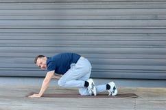 Uomo che allunga nella plancia Fotografie Stock