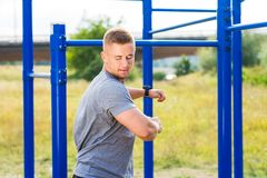Uomo che allunga prima dell'allenamento all'aperto Immagini Stock Libere da Diritti