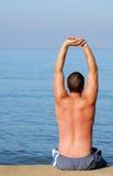 Uomo che allunga sul sunbed su Fotografie Stock