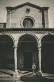 Uomo che ammira una chiesa storica Immagini Stock Libere da Diritti