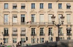 Uomo che appende sopra un balcone Fotografia Stock Libera da Diritti