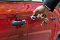 Uomo che apre la porta di automobile con telecomando Fotografia Stock Libera da Diritti