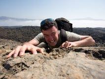 Uomo che arrampica una montagna Fotografia Stock Libera da Diritti