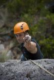Uomo che arrampica una montagna Immagini Stock