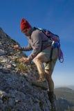 Uomo che arrampica una montagna Immagini Stock Libere da Diritti