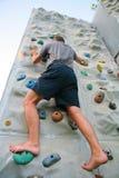 Uomo che arrampica una parete Fotografia Stock Libera da Diritti