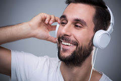 Uomo che ascolta la musica Immagine Stock