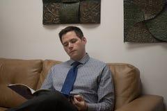 Uomo che aspetta nell'area reception Immagini Stock Libere da Diritti