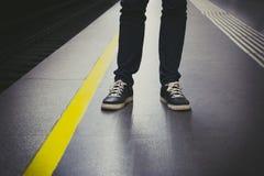 Uomo che aspetta nella stazione della metropolitana Fotografia Stock Libera da Diritti