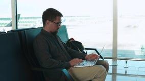 Uomo che aspetta un volo video d archivio
