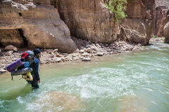 Uomo che attraversa The Creek Immagini Stock Libere da Diritti