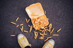 Uomo che cade i suoi chip Fotografia Stock Libera da Diritti