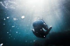 Uomo che cade underwater Fotografia Stock Libera da Diritti