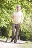 Uomo che cammina all'aperto sorridendo Immagini Stock