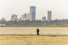 Uomo che cammina alla spiaggia, Montevideo, Uruguay Immagini Stock Libere da Diritti