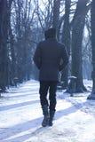 Uomo che cammina giù il vicolo Fotografie Stock Libere da Diritti