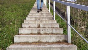 Uomo che cammina le scale su
