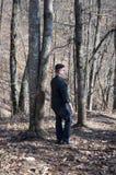 Uomo che cammina nel legno Immagine Stock