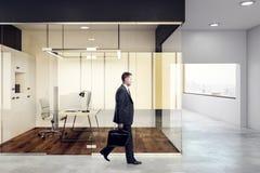 Uomo che cammina nell'ufficio Immagini Stock