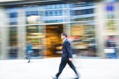 Uomo che cammina nella città Immagine Stock Libera da Diritti