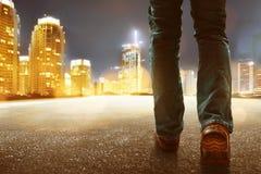 Uomo che cammina nella città fotografia stock
