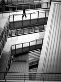 Uomo che cammina nella costruzione moderna Fotografia Stock Libera da Diritti