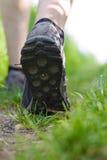 Uomo che cammina nella foresta, esercitantesi all'aperto fotografie stock