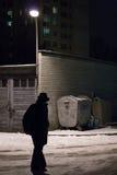 Uomo che cammina nello scuro Fotografie Stock