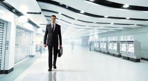 Uomo che cammina in sottopassaggio Fotografie Stock
