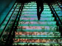Uomo che cammina su sulla scala Fotografia Stock Libera da Diritti