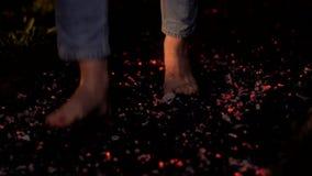 Uomo che cammina sui carboni archivi video