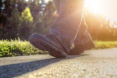 Uomo che cammina sulla strada. Immagini Stock Libere da Diritti
