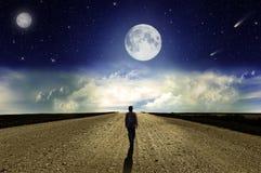 Uomo che cammina sulla strada alla notte Fotografia Stock Libera da Diritti