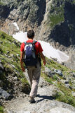 Uomo che cammina sulla traccia di alta montagna Immagine Stock Libera da Diritti