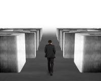 Uomo che cammina tramite il labirinto del calcestruzzo 3d Fotografia Stock Libera da Diritti