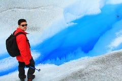 Uomo che cammina in un ghiacciaio Fotografie Stock Libere da Diritti