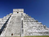 Uomo che cammina verso la rovina mayan antica Fotografia Stock Libera da Diritti