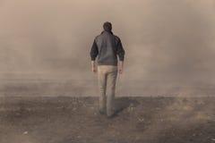 Uomo che cammina via Fotografia Stock