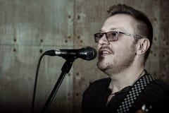 Uomo che canta al microfono Immagini Stock Libere da Diritti